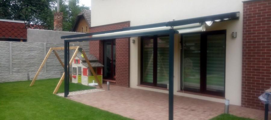 Pergoly Pergopolis se přizpůsobí každému prostoru a budově. Je možné je namontovat do dřevěných konstrukcí, barevně sladit hliníkové profily s budovou nebo zahradou.